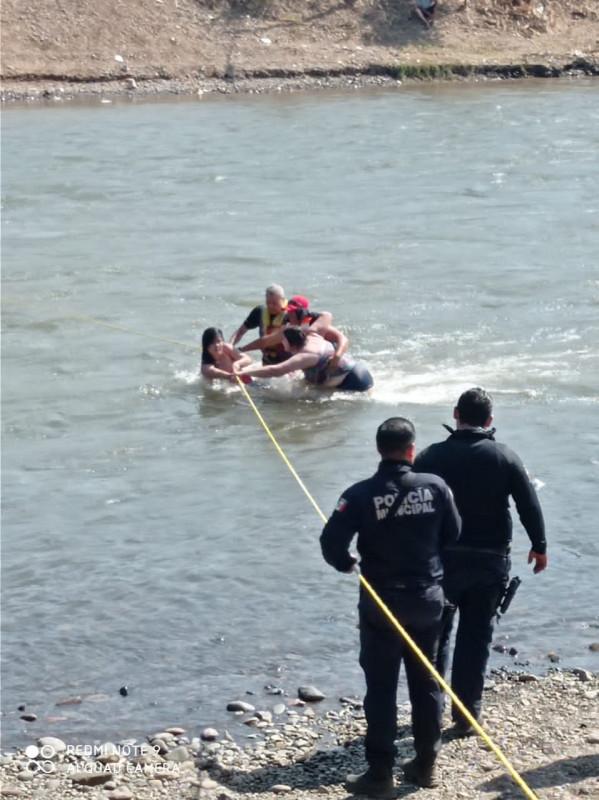 Rescatan a dos personas de la aguas del Río en Ayuné