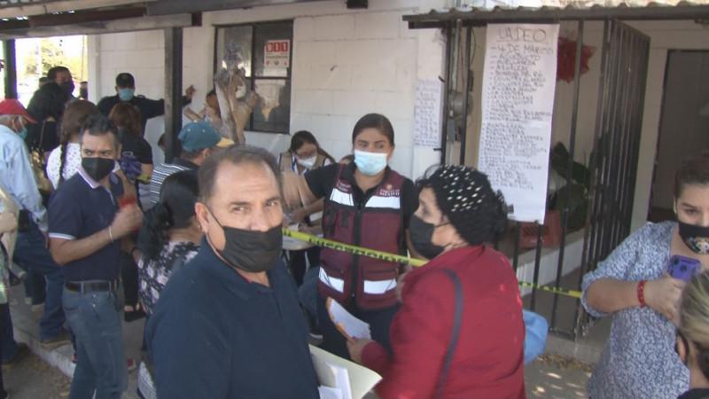 Siguen las filas para la cita de vacunación contra el covid