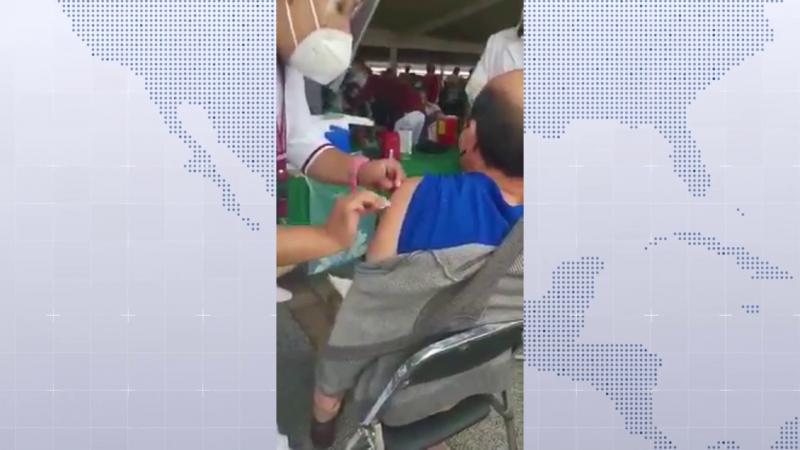 """AMLO dice que es """"exageración"""" vídeo de adulto mayor vacunado con jeringa vacía"""