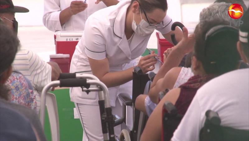 Disminuye tiempo de espera en las filas de vacunación de adultos mayores