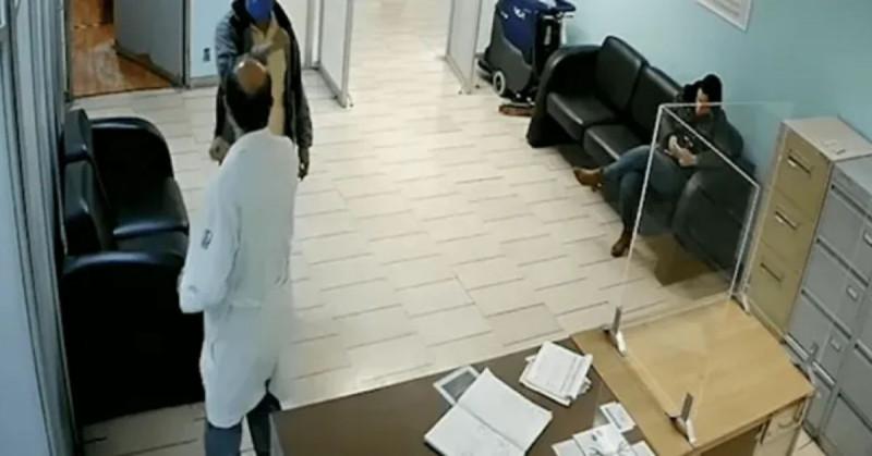 IMSS separa a director de hospital tras vacunar anticipadamente a su hijo contra Covid-19