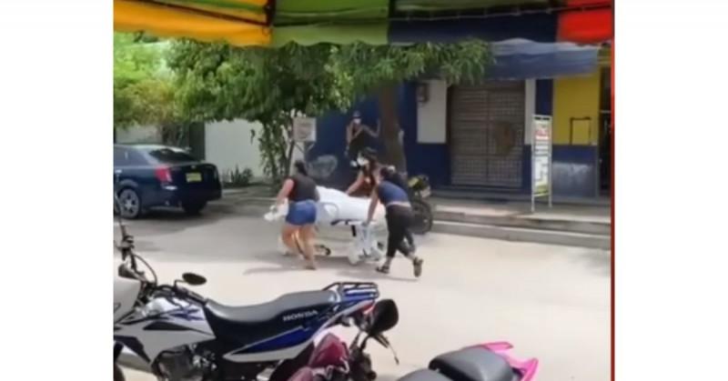 Mujeres se roban el cuerpo de su familiar del hospital para poder enterrarlo (Video)
