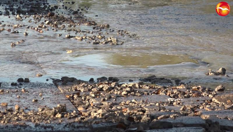 Fuerte fuga de aguas negras afecta varias calles del Fraccionamiento Pradera Dorada