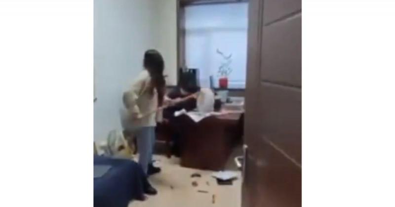 Mujer china se cansa de los acosos de su jefe y lo golpea con el trapeador (video viral)