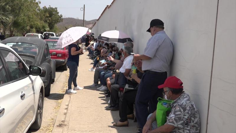 Se quedaron algunos abuelitos sin ser vacunados en Mazatlán