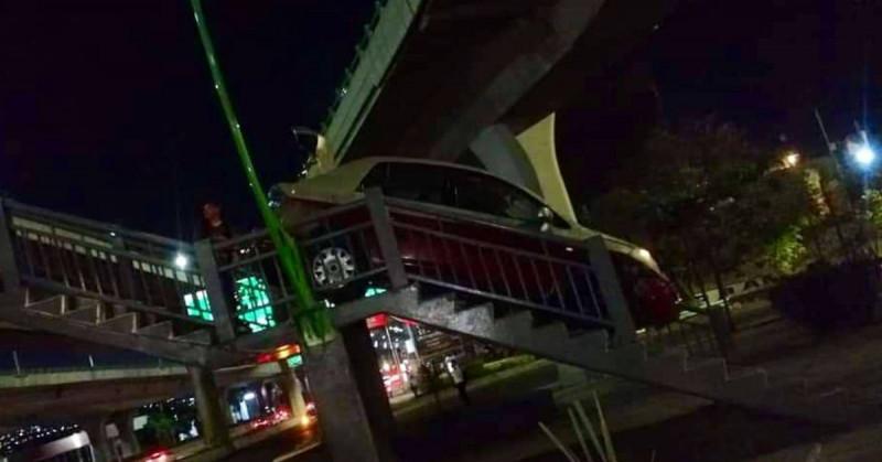 Taxi del Edomex queda atrapado al tratar de cruzar por puente peatonal: el conductor iba borracho