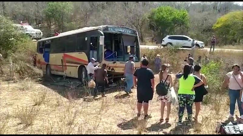 Camión que iba al Quelite se salió de la carretera