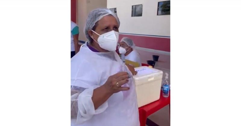 Enfermera brasileña revela que utilizan hasta 10 veces cada aguja para vacunar contra Covid-19