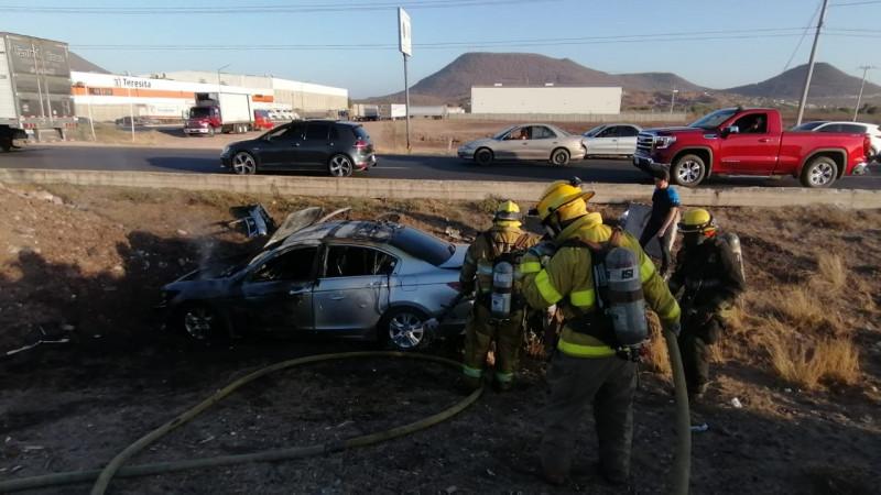 Vuelca automóvil, tripulantes salvan la vida