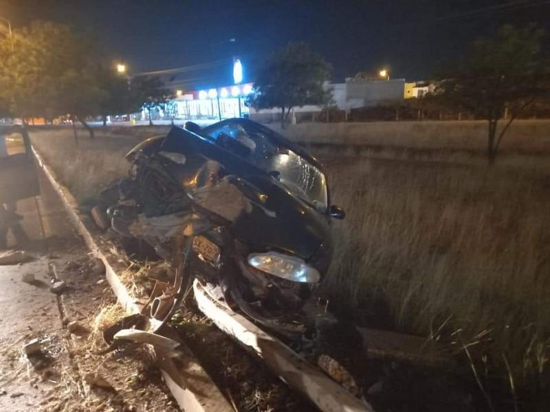 Derriba poste y abandona vehículo en la Avenida Óscar Pérez