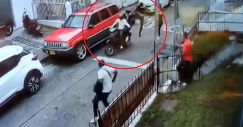 Hombre frustra asalto de motociclistas... ¡Con una patada voladora! (video)