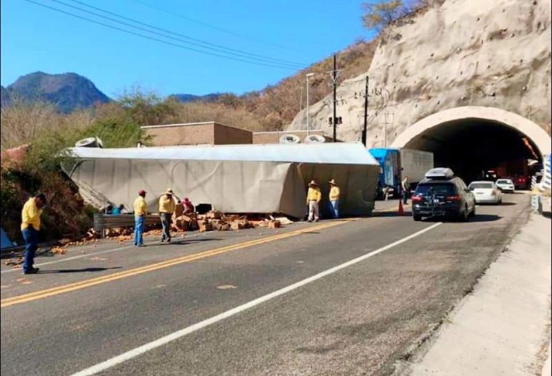 Vuelca tráiler en la Mazatlán- Durango, el conductor murió