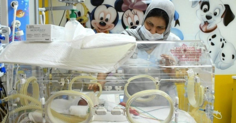 Mujer da a luz a 9 bebés y si sobreviven puede romper el récord mundial de 8