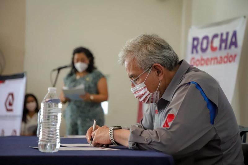 Rocha Moya se compromete a defender los derechos de las y los profesionistas