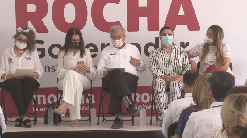 Rubén Rocha Moya escucha a mujeres en Foro de participación
