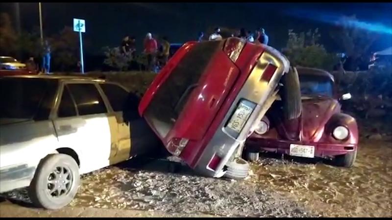 Vuelva camioneta y cae encima de tres autos más