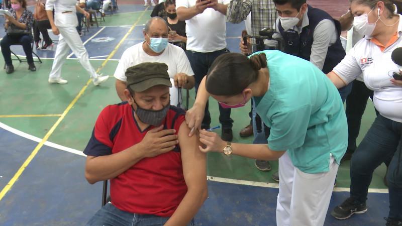 Arranca la vacunación para maestros de la zona norte; Luis Aguilar primer docente en recibirla