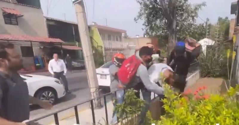 Repartidores persiguen, capturan y golpean a ladrón: ¿No puedes trabajar? le reprochan (video)
