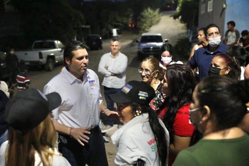 Mario Zamora escucha y hace compromisos con colonos de Culiacán