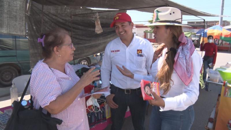Candidata a la gubernatura de Sinaloa Gloria González recorre el tianguis de la Guadalupe Victoria
