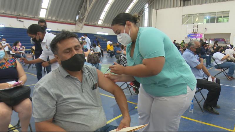 Maestros presentan malestares luego de ser vacunados