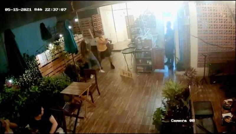 Agrede brutalmente a mujer en una cafetería de Mazatlán