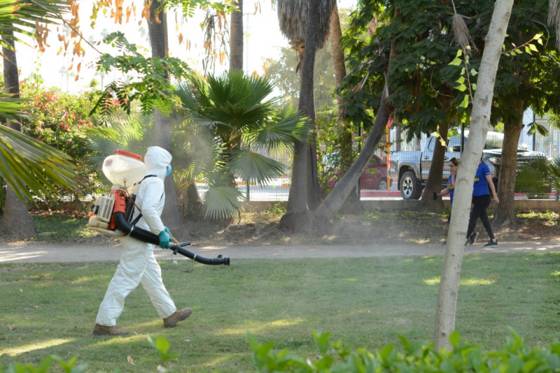 Sanitizan áreas comunes del jardín botánico BFJ
