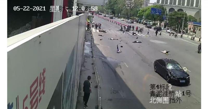 """Hombre quiso """"vengarse de la sociedad"""" y  mata a cinco peatones a 108 km/h (video)"""