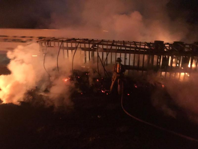 Se incendia tráiler en la autopista rumbo a Palmillas