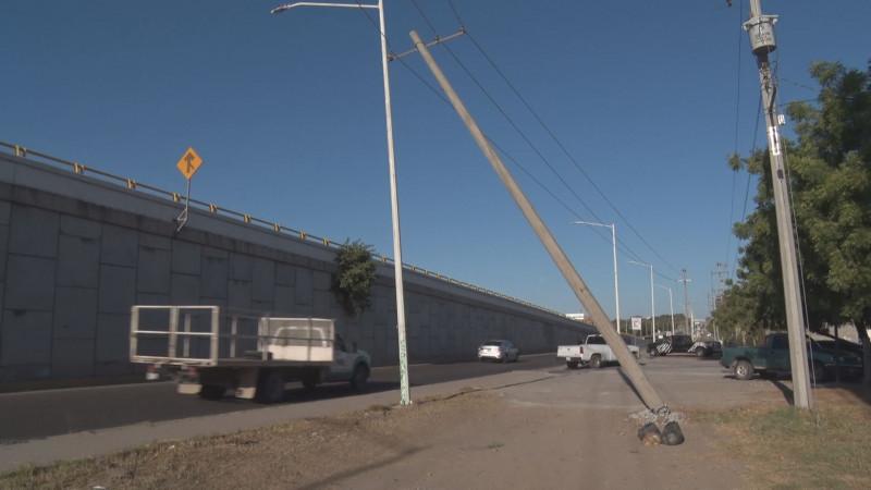Recargado un poste de concreto en poste de metal....amenaza con caer en autopista