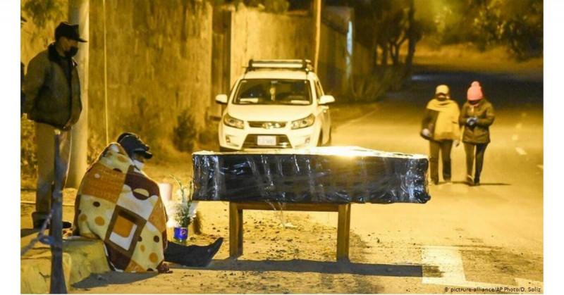 La tercera ola de Covid en Perú hace que sus cementerios colapsen