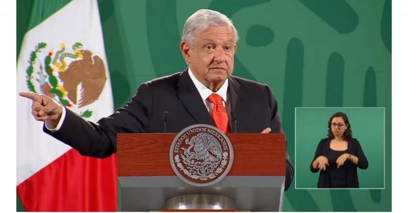 """López Obrador critica """"cacicazgos"""" y """"abuso de fondos"""" en escuelas públicas"""