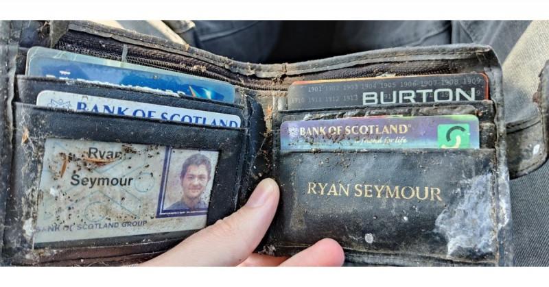 Policía devuelve la billetera que le robaron a un hombre hace 20 años