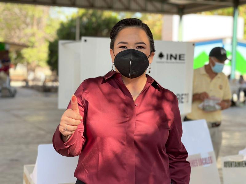 Acude a votar Ana Ayala, candidata a Diputada Federal