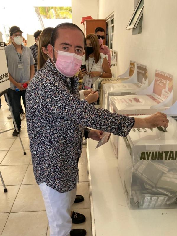 Candidato Fuerza Por México, Samuel Lizárraga, ejerció su derecho al voto