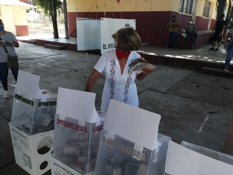 Olegaria Carrazco emite su voto en compañía de su familia