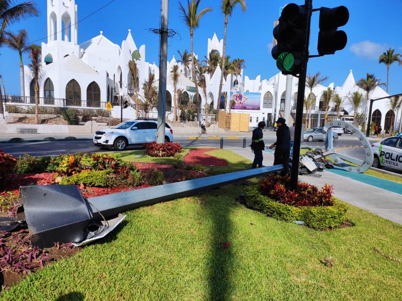 Vehículo derrumba una luminaria en la Glorieta de Valentinos