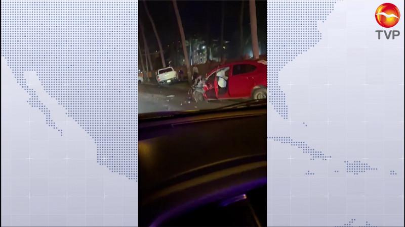 Colisionan tres vehículos en aparatoso accidente en Cerritos