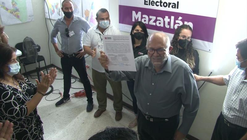 """""""Químico"""" Benítez recibe constancia de mayoría como alcalde de Mazatlán"""