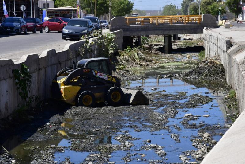 Avanza la limpieza de drenes, arroyos y canales en Culiacán