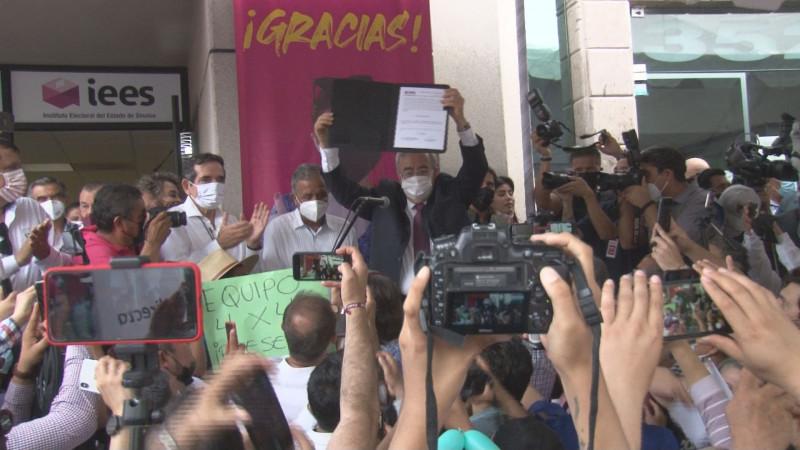 Hacen fiesta morenistas en entrega de constancia a Rocha Moya