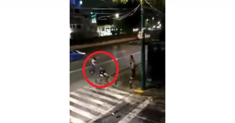 Cámaras de seguridad captan a trabajadoras sexuales golpeando y asaltando a un hombre (video)