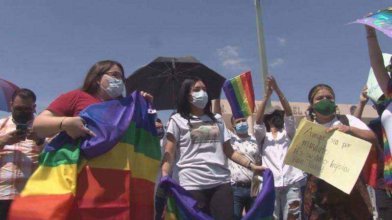 Se enfrentan en el Congreso grupos religiosos y de la comunidad LGBT