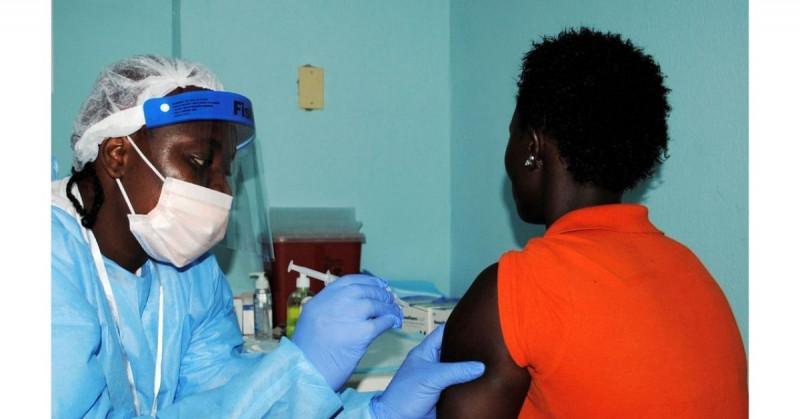 """En África solo el 1% de la población está vacunada y se puede """"esperar lo peor"""", advierte la OMS"""