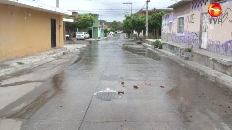 Colapsa drenaje en varias colonias de Mazatlán