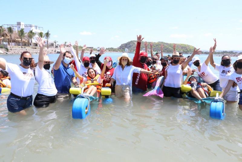 Personas con discapacidad disfrutan de la playa