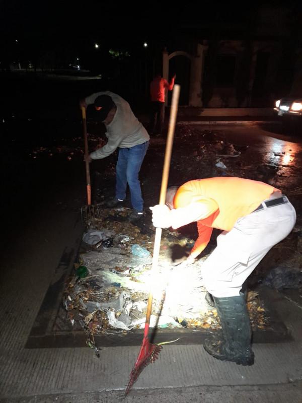 Tras lluvia en Culiacán se activa la limpieza de alcantarillas