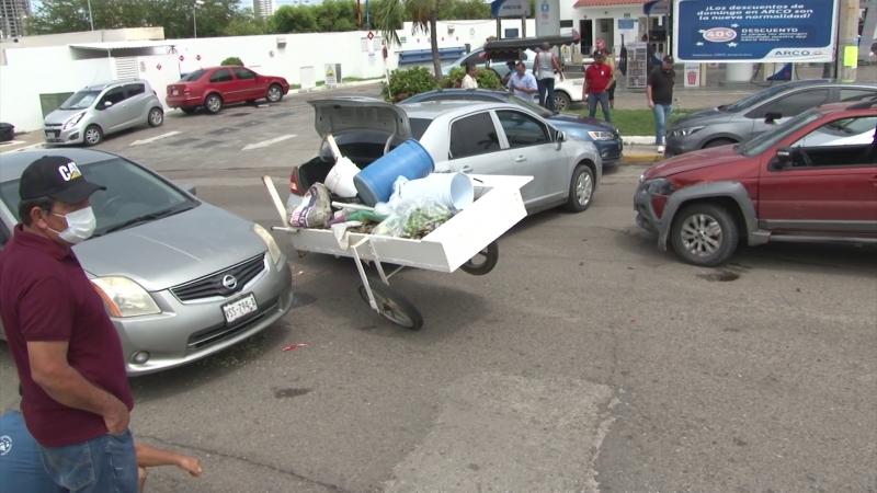 Choque entre 4 vehículos deja daños materiales
