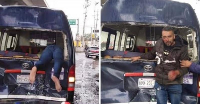 """Motociclista sale """"volando"""" y se queda atorado en la parte trasera de una camioneta"""