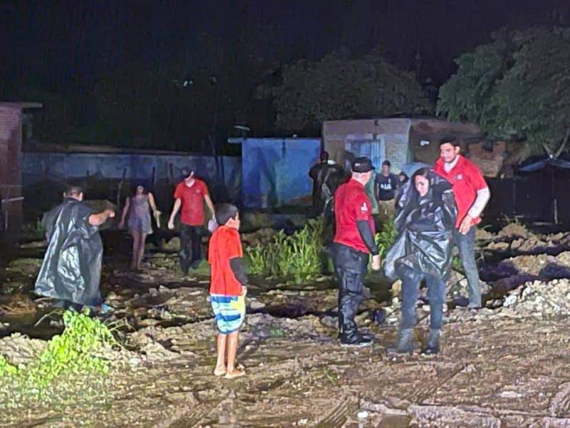 Llevan a albergues a familias de Villa Unión
